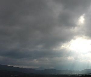 梅雨明け切らぬ7月の雲