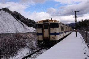 雪の日田彦山線と西鉄バスを呼野駅と頂吉越で