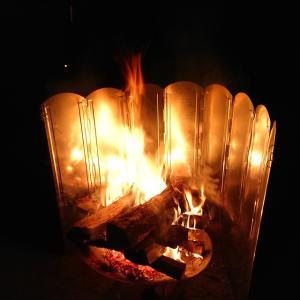 焚き火を強化する「キャンプグリーブ リフレクター」実践投入