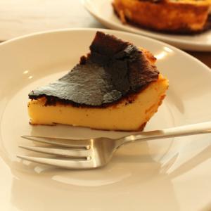 人気レシピ「基本の濃厚バスクチーズケーキ」は混ぜて焼くだけ!一番簡単な作り方