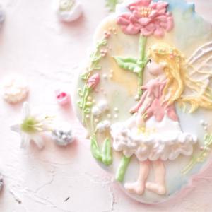 春の陽射しに佇むフラワーフェアリーのアイシングクッキー