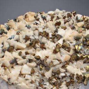 ドライスラーの苦灰石と黄銅鉱 Dolomite and Chalcopyrite from Dreislar