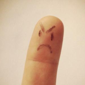 怒りやストレスは「左こぶしを握る」「おでこをタップ」で緩和。脳反応のおもしろさ。