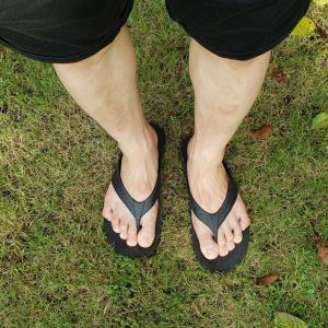 革靴で疲れた足をたまにはビーチサンダルで足を休ませてあげよう。