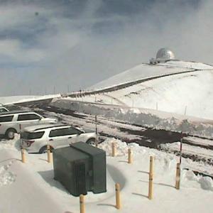 ハワイ島のマウナケア山頂に積雪