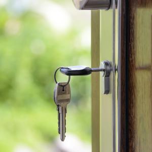 玄関の鍵が回りにくいので自分で直しました