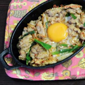 【簡単・おつまみ】ダイソーのスキレットで作る『豚キムチ』~生卵入り~