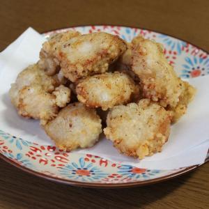 カリッとジューシーなフライパンで揚げる『鶏むね肉のから揚げ』-塩にんにく味-