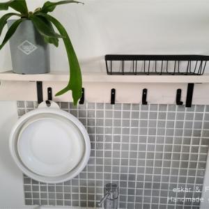 DIYで洗面の壁にタイル貼り 棚とフックもつけました。