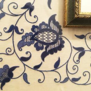 マヨルカ刺繍(Punto Mallorquìn)~白地に美しく映えるインディゴの花々なんてね~