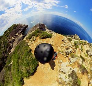 綺麗な海をVR動画でバーチャル散歩!崖っぷち歩くスリルもご一緒にどうぞ
