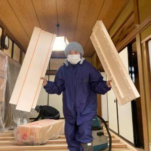 今回は断熱材入れ〜フローリングの下には断熱材を入れると床下からの冷気を防げます。