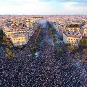 ヨーロッパ各地でワクチンパスポート反対のデモの様子
