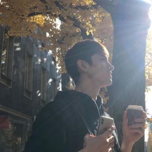 東方神起 チャンミン、日差しの下で美しい横顔を公開