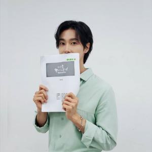 東方神起ユンホ、ミントカラーの爽やかファッションで「アラフォー息子の成長日記」をPR