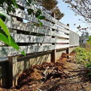 台風で傾いたフェンスの復旧