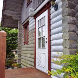 ログハウスの外壁と木製ドア再塗装