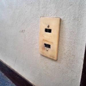 古い壁コンセントを交換