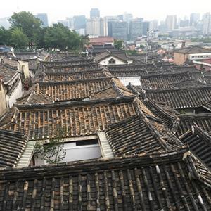 今と昔、ビル群と瓦屋根と空。そんな風景に惹かれます。[北村展望台]|初一人旅2019/06-16