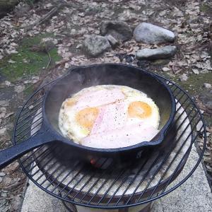 おっさんが大自然の中で七輪で朝食