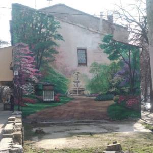 奥行きがある家の外壁の壁画。