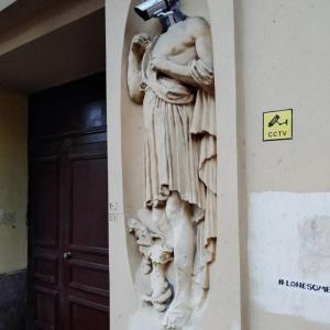 お前を見てるぞ!監視神の石像