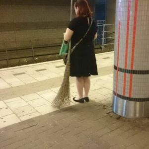 見習いの魔女発見。電車に乗る・・・