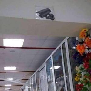 低コストで設置できるダミーの防犯カメラ。