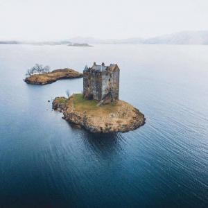 スコットランドの湖上の廃城