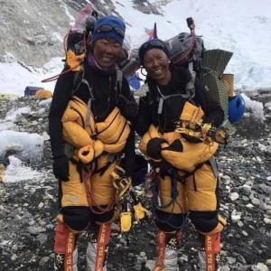 エベレストで働くシェルパの小さな女性たち