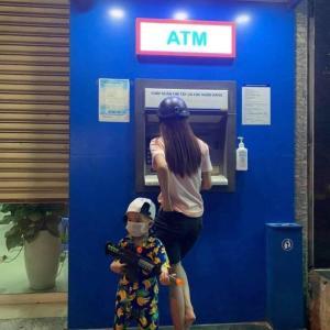 ATM前の警備兵がカワイイ!!
