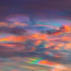 アイスランドに出たオーロラ雲が凄い!