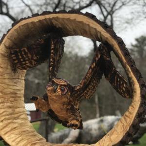 丸太の削り出しで作られたフクロウ
