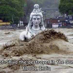 ガンジス川の流れに飲み込まれそうになっているシヴァ神
