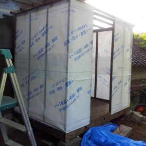 サウナ小屋をDIYする④ 垂木を取り付け、透湿防水シートを貼る