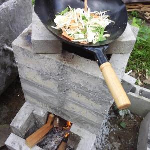 ロケットストーブで湯を沸かそうとし、熊本ラーメンを作った。
