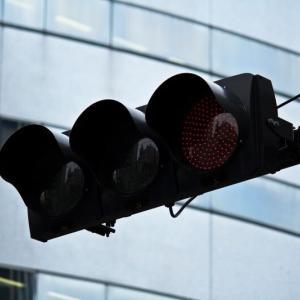 大きな交差点で右折した先にある赤信号。進んで良いorダメ??