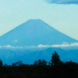 小淵沢駅の展望台から富士山をながめる…