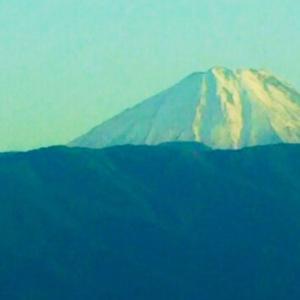 甲府市街疾走中のバス車窓より富士山