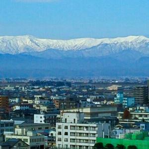 鶴ヶ城天守閣から雪の飯豊連峰をのぞむ