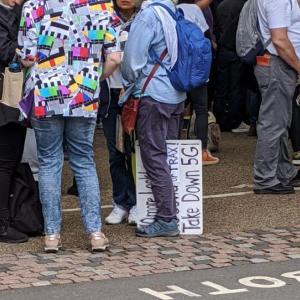5Gに対するデモでロンドンに人が集まる【イギリス生活英語日記】