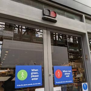 コロナでスーパーに信号が付いたイギリス