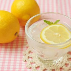さっぱりおいしいレモン水は美容に効果的!飲むタイミングや飲む量は?