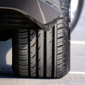 タイヤは輸入タイヤが安い?車の維持費を節約するコツ