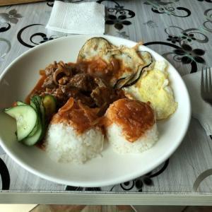 海外のレストランで「おひとり様」はNGか?一人旅での食事の悩みについて考える