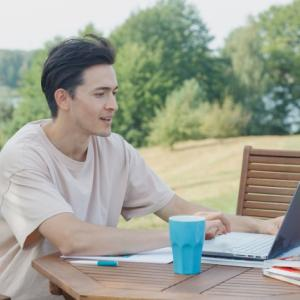 働きながら資格の勉強をするのに派遣社員はおすすめ?