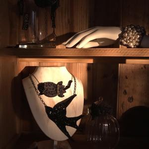 棚の中のツバメ