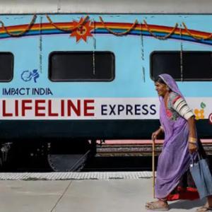 世界発!インドの動く列車病院
