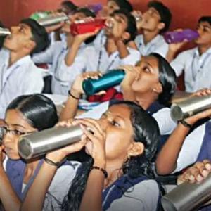強制的に水を飲む時間(インドの学校)