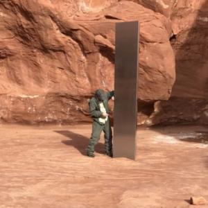 【違法w】ユタ州の砂漠地帯で謎の金属製の支柱を発見